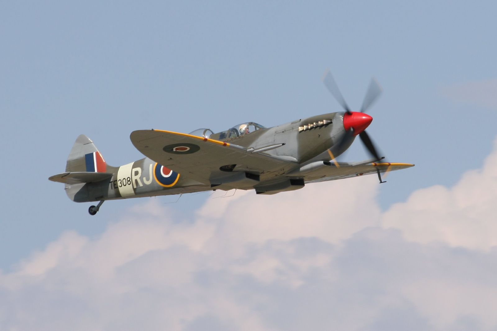 Spitfire T.9 TE308 in 2007 (Photo D. Miller (CC BY 2.0))